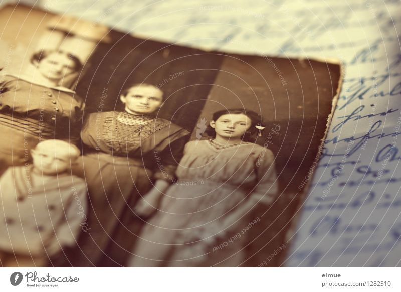 ... damals alt Traurigkeit Familie & Verwandtschaft braun Kindheit Schriftzeichen Buch Fotografie Vergänglichkeit einzigartig Ewigkeit historisch Trauer