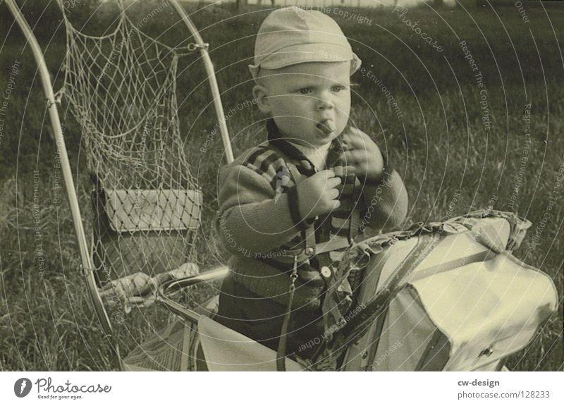 50ies - CHECKER Sechziger Jahre historisch Schwarzweißfoto Kleinkind Außenaufnahme Kinderwagen Essen Sonnenhut 1-3 Jahre Appetit & Hunger Porträt