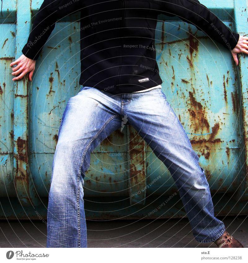geköpft Kerl Körperhaltung Jacke Hose Hand Schrott dreckig Schatten Muster kopflos Osten verfallen Industrie Mensch personenfoto personenfotografie personenbild