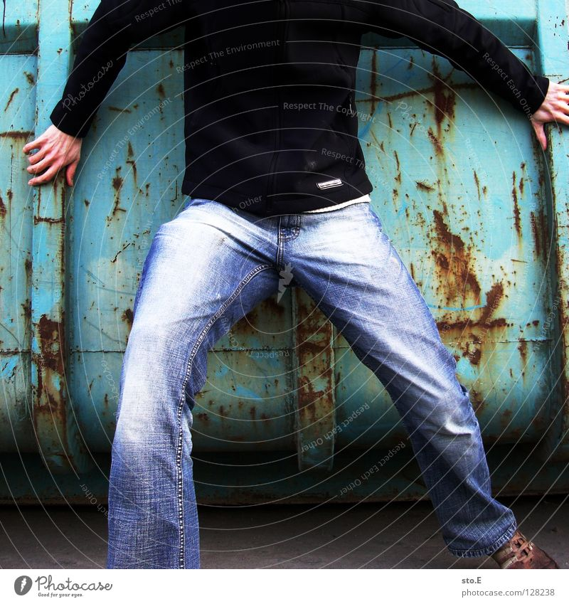 geköpft Mensch alt blau Hand Farbe dreckig Industrie Körperhaltung verfallen Hose Jacke Rost Typ Osten Kerl kopflos