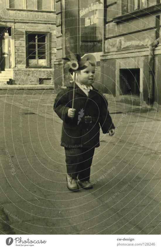 50ies - STYLER Mensch Kind Freude Glück grau frei Kindheit Bürgersteig Verkehrswege historisch Mantel positiv Kindheitserinnerung Fußgänger unterwegs Windrad