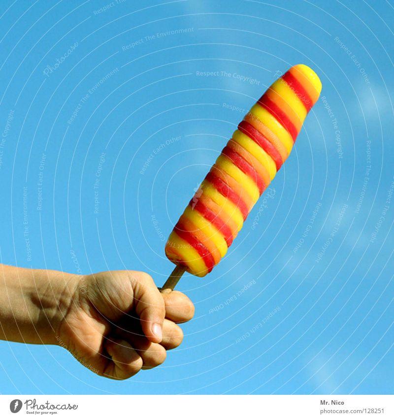 Eis am Stiel Hand Präsentation kalt Sommer Erfrischung gestreift Faust Finger himmelblau gelb rot knallig grell verrückt Schnellzug sommerlich