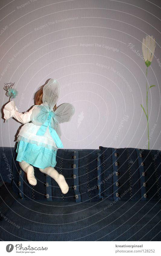 ich kann fliegen!! Karneval Kind Blume Kleid blau weiß Fee Innenaufnahme Textfreiraum oben Rückansicht Karnevalskostüm leicht Leichtigkeit Abheben
