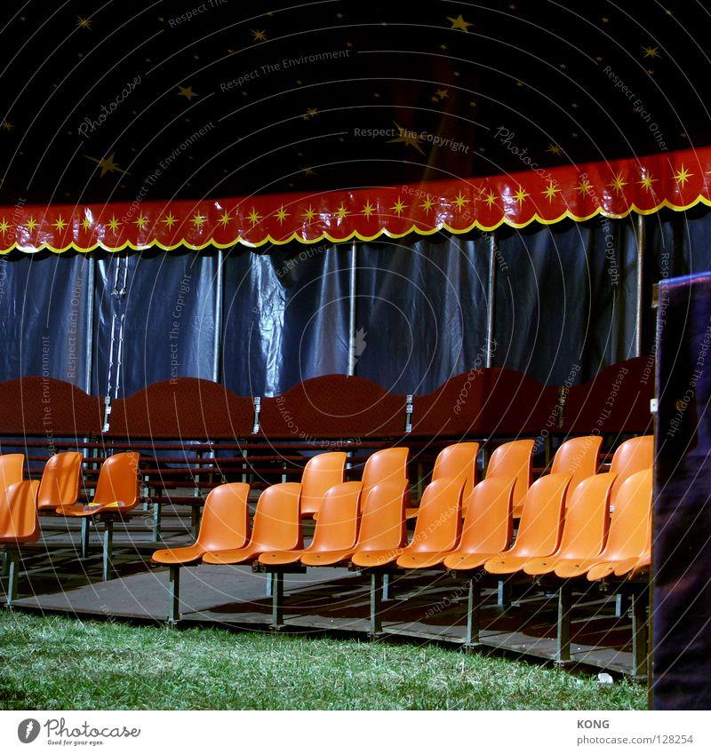 setzen orange Kunst Stern (Symbol) Platz Stuhl Kultur Show Statue Möbel Publikum Sitzgelegenheit Artist Sitzreihe Zauberei u. Magie Zirkus Zelt