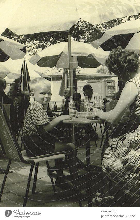 50ies - MAMA'S LIEBLING Sechziger Jahre historisch Schwarzweißfoto Straßencafé Strandcafé Blick in die Kamera Junge 3-8 Jahre Mutter Junge Frau Sommer