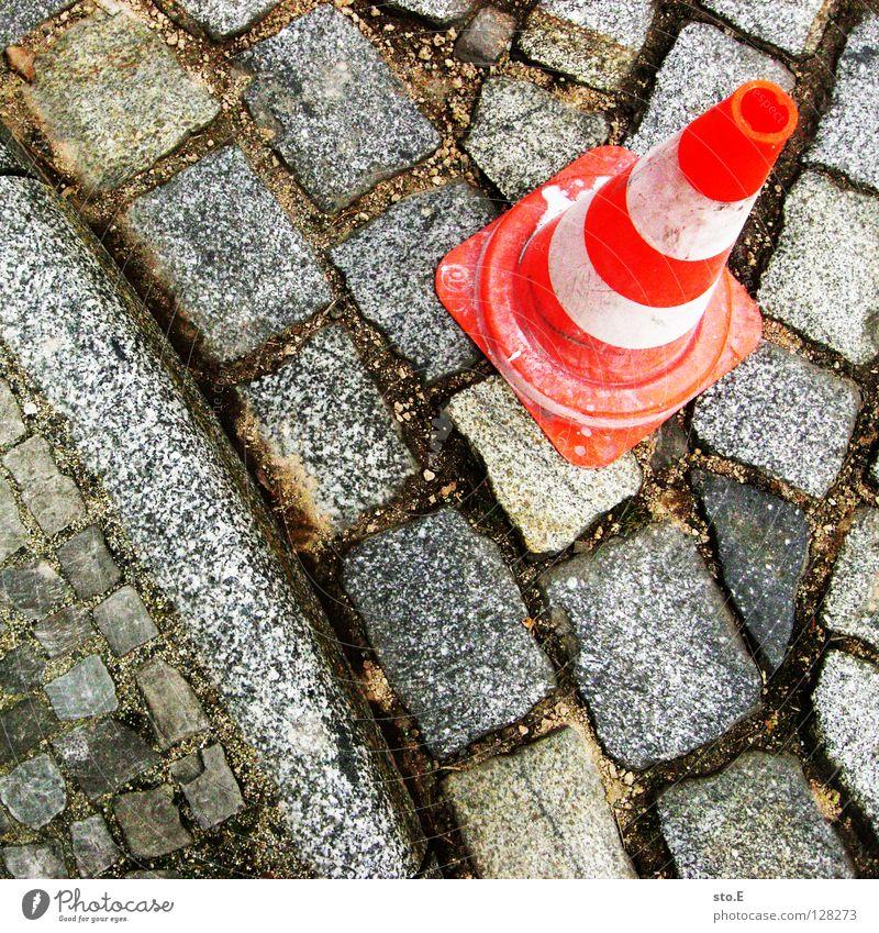 stand da so... weiß rot Straße Farbe Stein Sand dreckig Schilder & Markierungen Sicherheit gefährlich rund Bodenbelag bedrohlich Schutz Hut