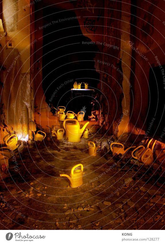 auf kannensafari Kannen gelb Gießkanne Tülle Nacht dunkel Licht mehrere zusammenrotten Verfall Safari außergewöhnlich Taschenlampe Langzeitbelichtung Hongkong