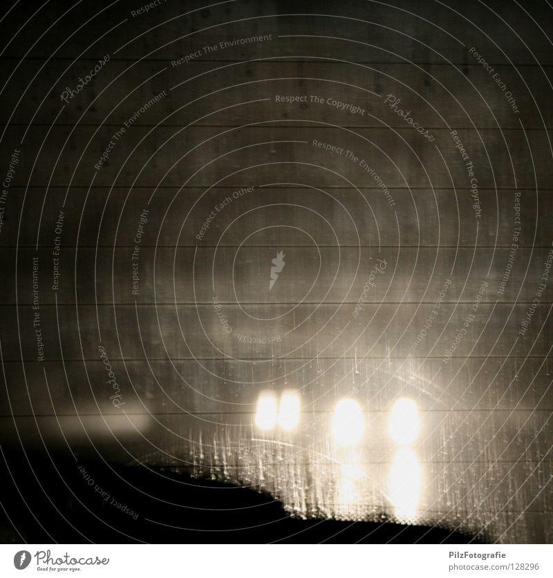3S- Blick Autofahren Licht Verkehr Rückspiegel Scheibenwischer Raser Autobahn Nacht Nebel kalt Müdigkeit herausschauen überholen schwarz weiß grau Winter