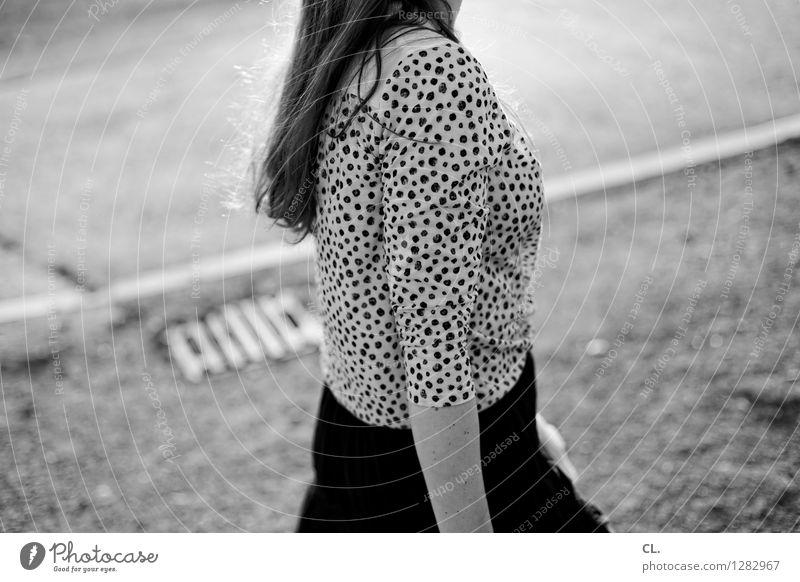gepunktet, laufend Mensch Frau Erwachsene Leben Straße Bewegung Wege & Pfade feminin Haare & Frisuren Mode gehen dünn brünett Verkehrswege langhaarig Rock