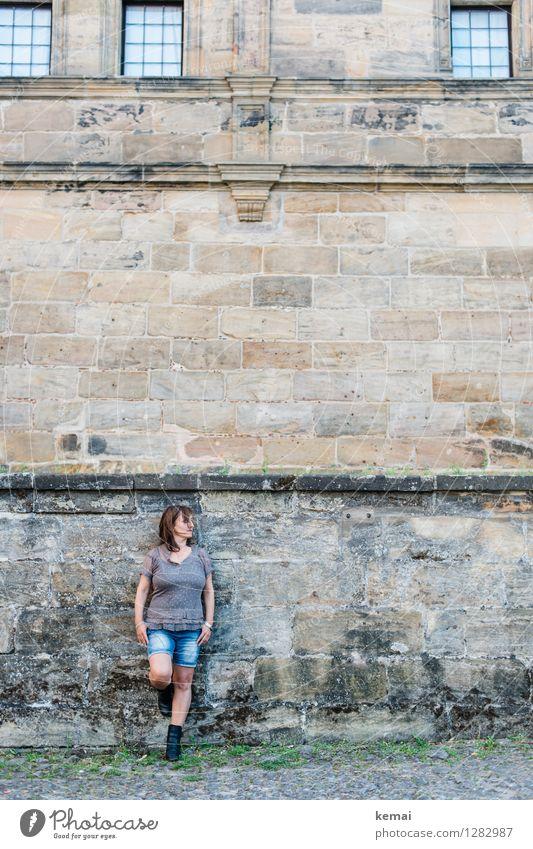 0815 AST | Mauergirl Mensch Frau ruhig Fenster Erwachsene Wand Leben feminin Stil Mauer Lifestyle hell Fassade Zufriedenheit Körper authentisch