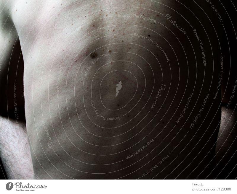 Rücken Mann Rippen Wirbelsäule 50 plus nackt Oberschenkel Achsel dünn Mensch Akt Arme Pigmentflecken Schatten Sportler sitzen Intimität junger Alter