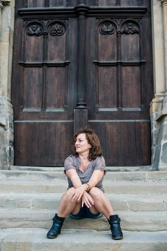 0815 AST | Frohe Erwartung Lifestyle Mensch feminin Frau Erwachsene Leben 30-45 Jahre 45-60 Jahre Kirche Treppe Tür T-Shirt brünett langhaarig Erholung Blick