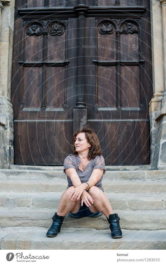 0815 AST | Frohe Erwartung Mensch Frau Erholung ruhig Erwachsene Leben feminin Lifestyle Zufriedenheit Treppe Tür sitzen Fröhlichkeit 45-60 Jahre warten