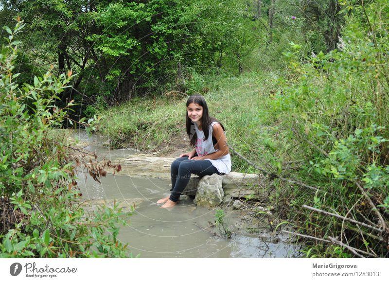 Lächelndes junges Mädchen steht auf der Flussbank Lifestyle elegant Gesundheit Spielen Kinderspiel Sommer Sommerurlaub Sonne Berge u. Gebirge Mensch feminin