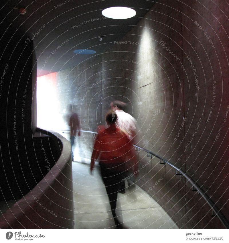 Tunnelblick Mensch dunkel Bewegung grau gehen Beton Hoffnung Vergänglichkeit Geländer Rampe Lichtschein