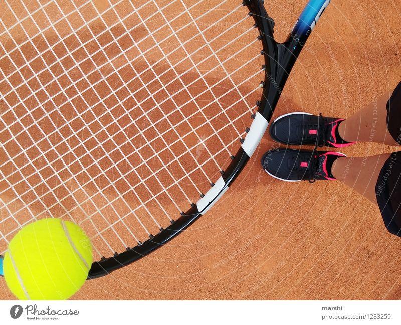 Tennistraining Mensch Freude Erwachsene Gefühle feminin Sport Spielen Beine Stimmung Zufriedenheit Freizeit & Hobby Erfolg Perspektive Lebensfreude Fitness Ball