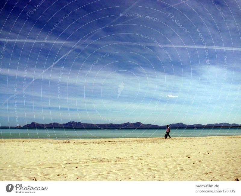strandspaziergang Ferien & Urlaub & Reisen Strand Mallorca Sommer Kondensstreifen Spanien Erde Sand Europa Spaziergang Mittelmeer Blauer Himmel strandläufer