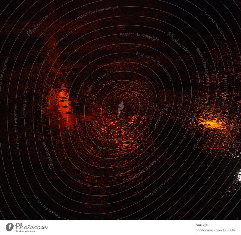 Lichtpfütze Wasser rot schwarz gelb Farbe Straße dunkel Gefühle Stein Traurigkeit orange nass glänzend Bodenbelag Trauer Ende
