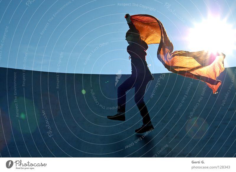 StrahleMann Himmel Jugendliche blau weiß grün Sonne rot Freude Bewegung springen hell fliegen laufen verrückt Luftverkehr Strahlung
