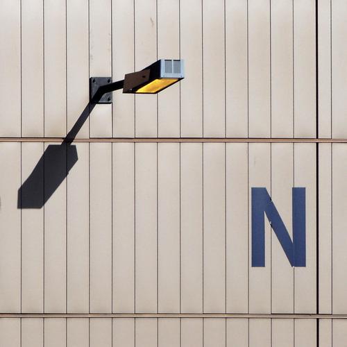 Shy N Inc. Lampe Wand Blech Rechteck Ecke unerklärlich Halterung Elektrizität Lüftung Tag Handwerk Industrie Sicherheit Scheinwerfer Schatten Lagerhalle