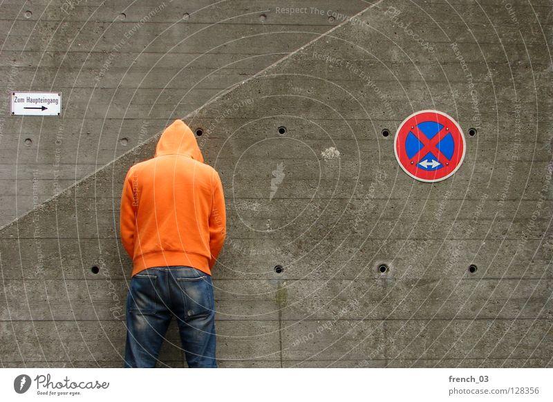 Bitte weitergehen! Mensch Mann blau Hand weiß schön rot Wand grau Mauer Beine Linie orange Deutschland Arme warten
