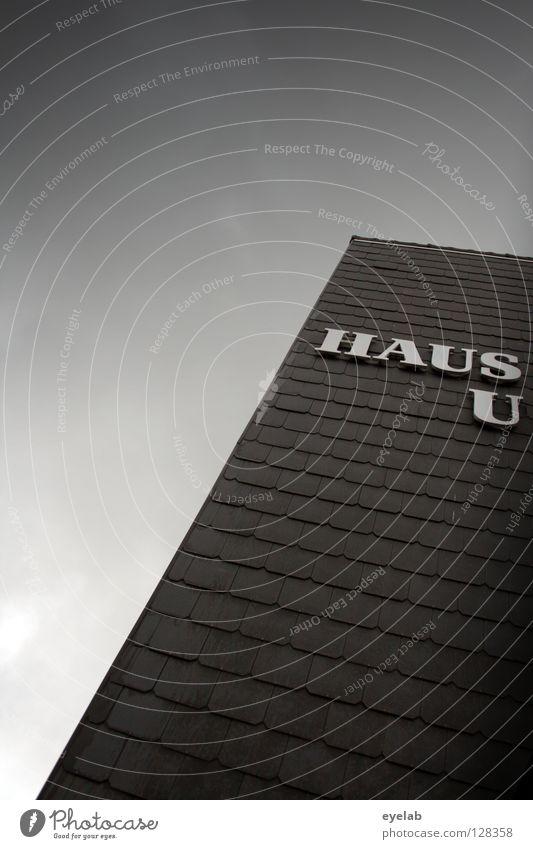 Haus U Buchstaben Wort Typographie Gebäude Dachziegel grau Wolken schwarz Froschperspektive aufschauend Suche finden schlechtes Wetter Herbst Muster