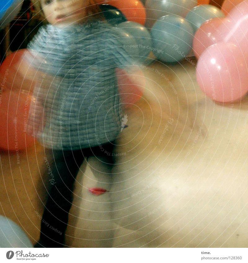 WirbelwindKind Mensch Freude Leben Bewegung Spielen Feste & Feiern springen Luft Zufriedenheit laufen authentisch Fröhlichkeit Lebensfreude Luftballon Neugier