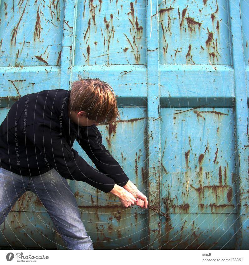 räume ausbeißen Mensch Hand Jugendliche alt blau Farbe dreckig Eisenbahn Industrie Ordnung Körperhaltung Hose verfallen Jacke Rost