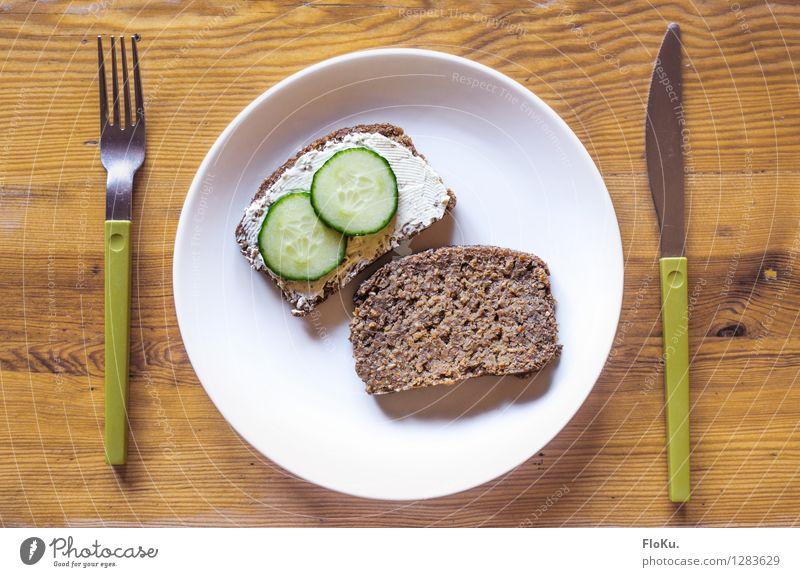 Frühstücksstulle Lebensmittel Milcherzeugnisse Gemüse Teigwaren Backwaren Ernährung Vegetarische Ernährung Diät Geschirr Teller Besteck Messer Gabel Holz frisch