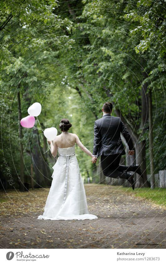 . Mensch Jugendliche Junge Frau Baum Junger Mann Landschaft Freude 18-30 Jahre Erwachsene Leben Liebe Glück Paar springen Park Zufriedenheit
