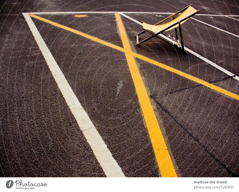 SONNEN VERBOTEN! Platz Strukturen & Formen Parkplatz Rechteck Streifen Asphalt Teer hart Pore schwarz Parkhaus Liegestuhl bequem Sommer Holz gelb Einsamkeit