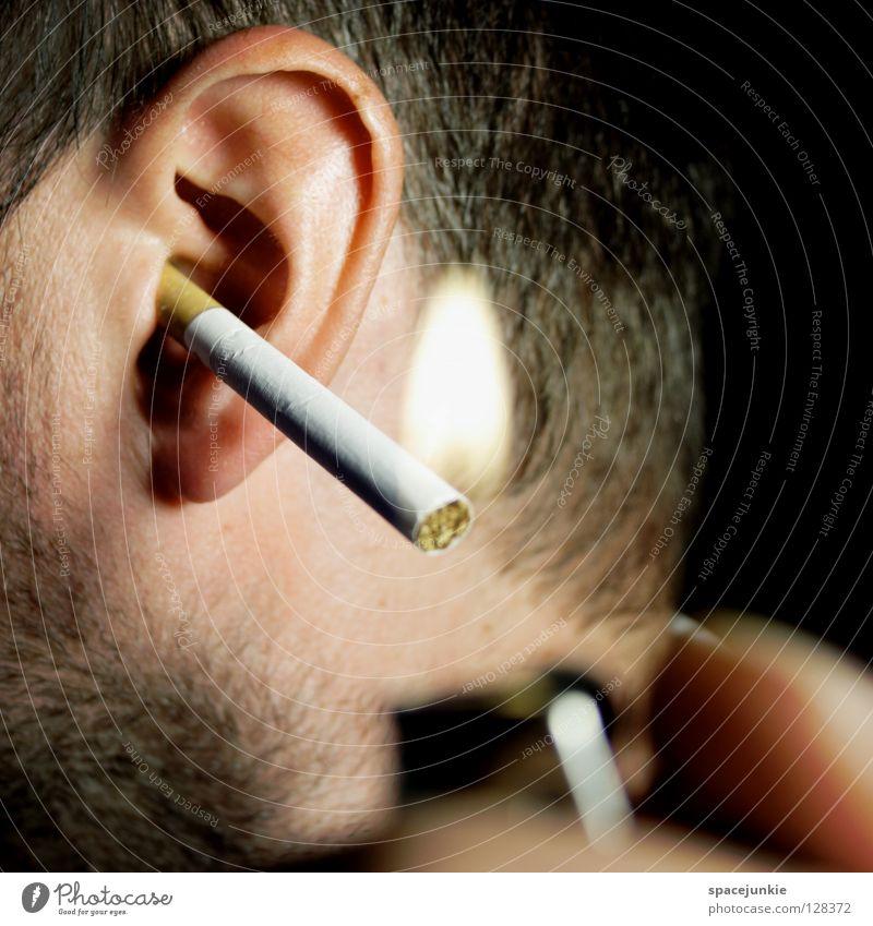 smoking Ohrmuschel Zigarette Rauch brennen glühen anzünden Feuerzeug Nikotin Teer Abhängigkeit Rauschmittel Tabak skurril Humor Freude Rauchen smoke Brand