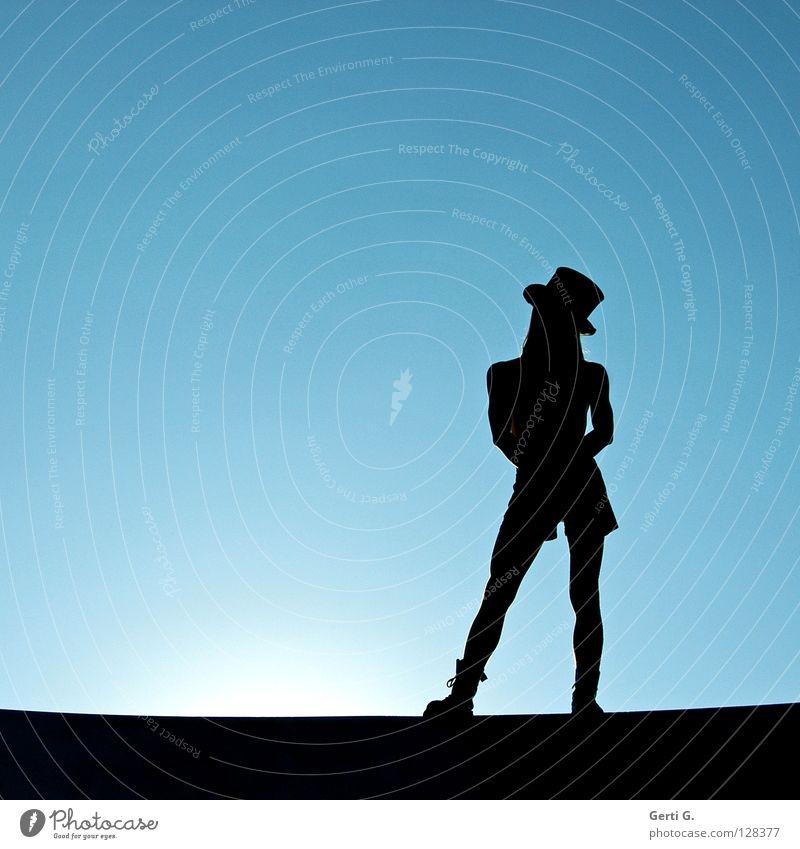 just like a star Junger Mann Model Kopfbedeckung Körperhaltung stehen Standbein Zauberhut schwarz Licht Stiefel Oberkörper Silhouette Zylinder Gegenlicht dünn