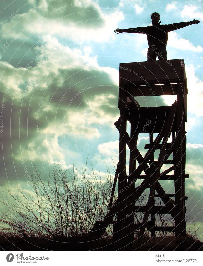 titanik Mann maskulin Kerl Körperhaltung Hochsitz Jäger Silhouette Geäst Sträucher Wiese Feld Wolken schlechtes Wetter blenden Osten Stimmung Eindruck