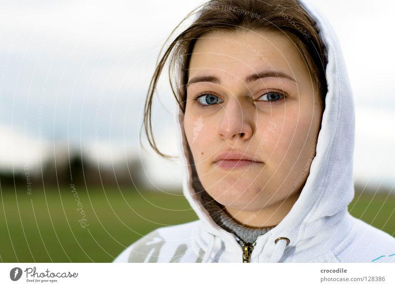 Blue eyes Frau Porträt Lippen Haarsträhne kalt Gras schön Gesicht Auge Nase Mund Haare & Frisuren schaun blick. kapuze daußen Natur