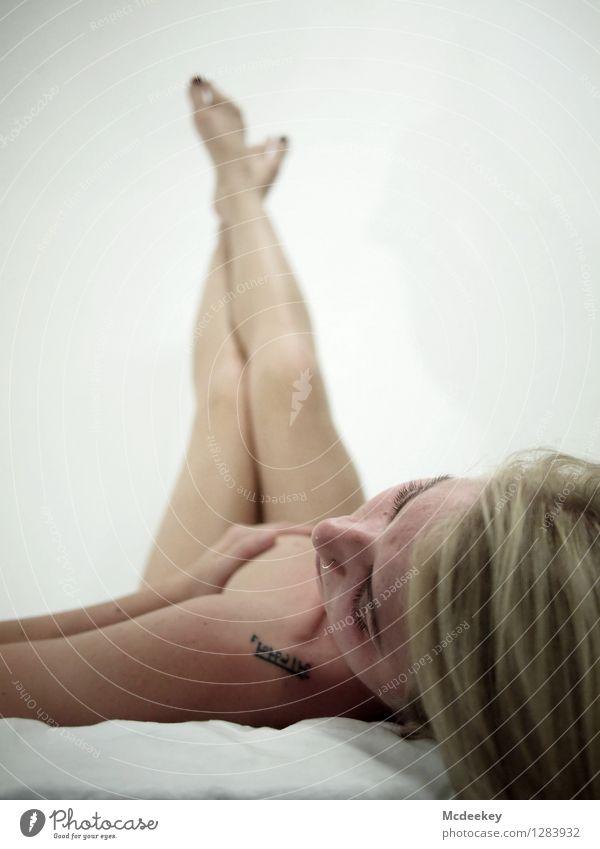 White beauty II Mensch Jugendliche schön weiß Junge Frau Hand Erotik 18-30 Jahre schwarz kalt Erwachsene Wand feminin grau Haare & Frisuren Beine
