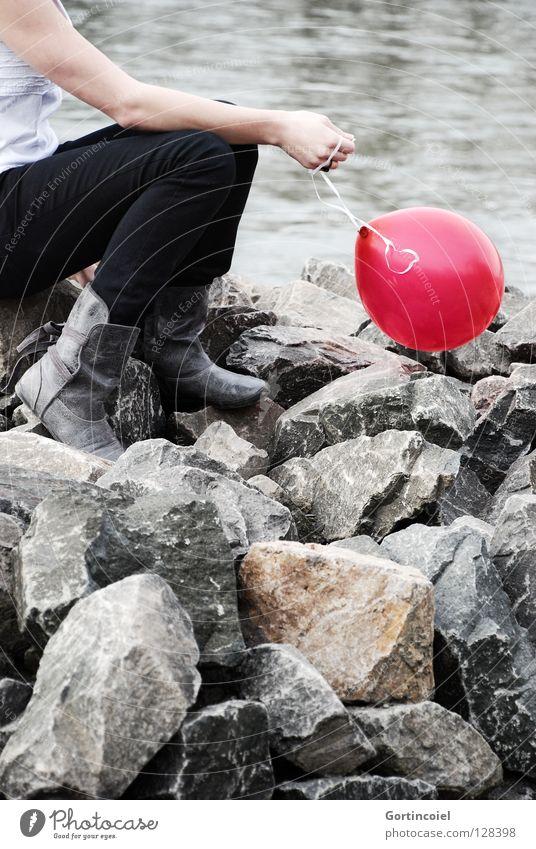 Am Rhein Mensch Junge Frau Jugendliche Erwachsene Arme Hand Beine Fuß Natur Flussufer Hose Schuhe Stiefel Luftballon Denken sitzen Spielen träumen rot verträumt