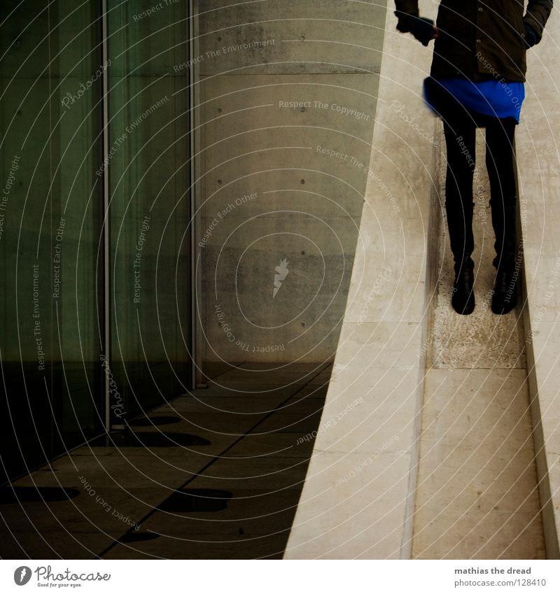 STAY ALONE Frau grau Steigung dunkel schwarz Beton Fassade steil stehen Kleid Neigung Beine Hosenbeine Architektur aufwärts anonym kopflos gesichtslos unerkannt