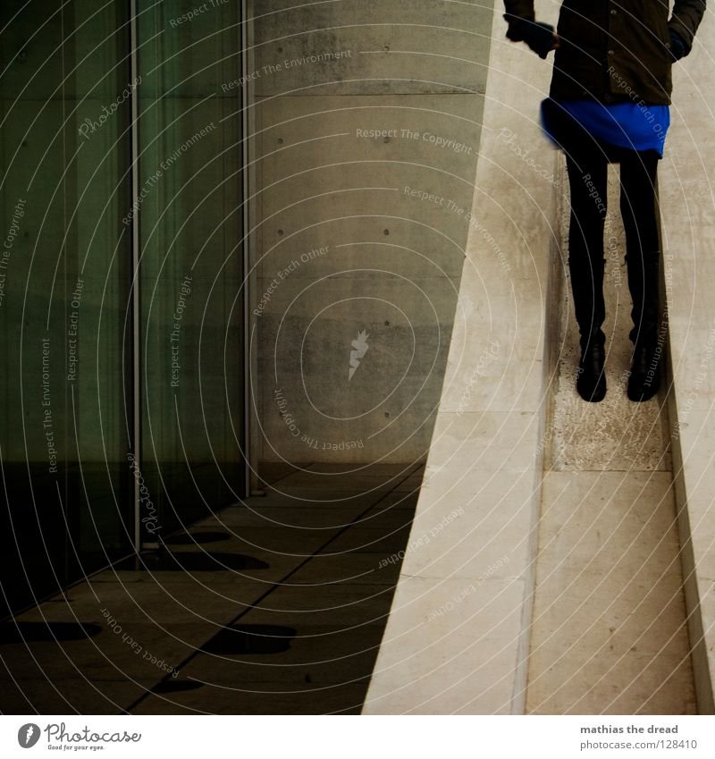 STAY ALONE Frau schwarz dunkel grau Beine Architektur Beton Fassade stehen Kleid aufwärts abwärts anonym Anschnitt steil