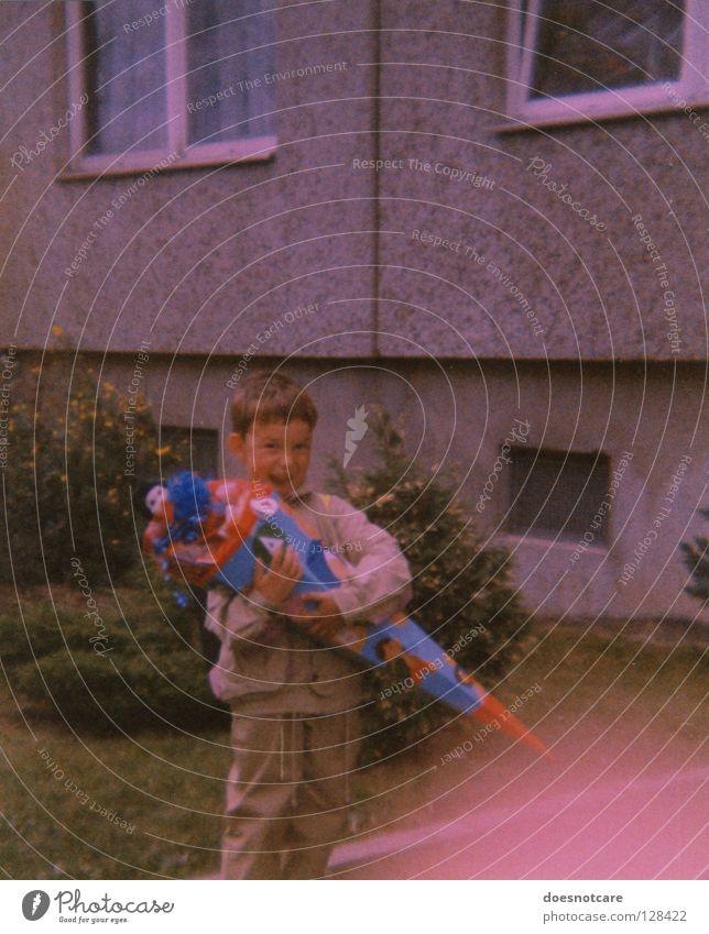 Then. Kind Freude Junge Schule Kindheit stehen einzeln Beton retro Kindheitserinnerung neu analog Vorfreude Nostalgie Geschenk früher