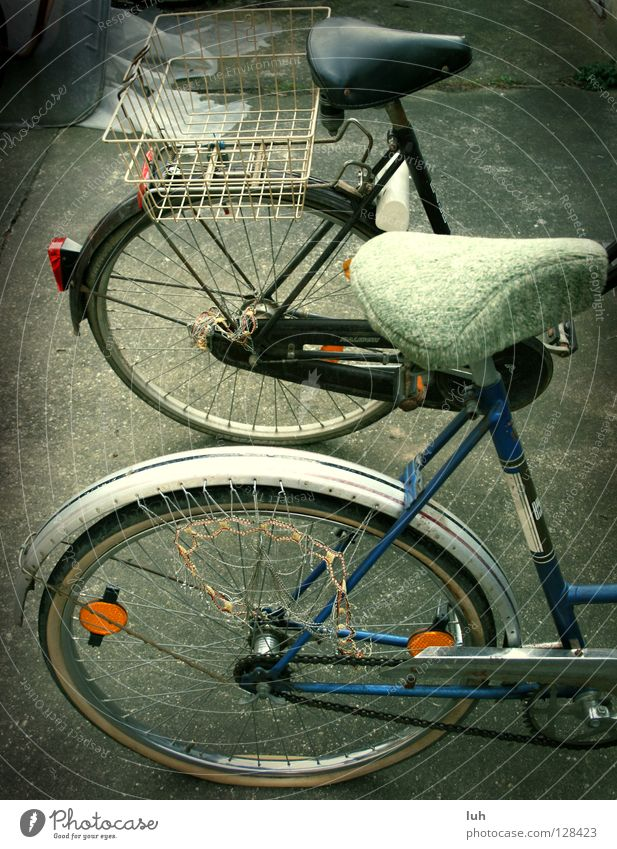 aus 2 mach' eins alt 2 Fahrrad kaputt verfallen Müll Rad Rost Nostalgie Verkehrsmittel Schrott veraltet Fahrradsattel Katzenauge unbrauchbar