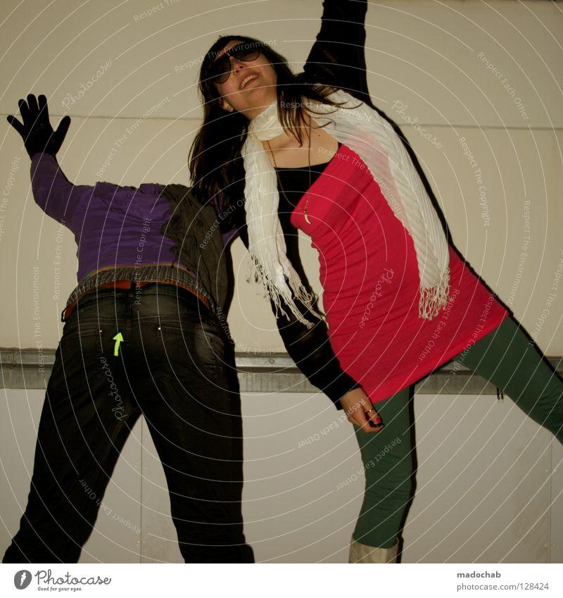 Teenager, die Spaß haben und tanzen Hipster Lifestyle Schuhe Stiefel stehen grau Strumpfhose Neonlicht Achtziger Jahre retro Freude Club Party Jugendliche