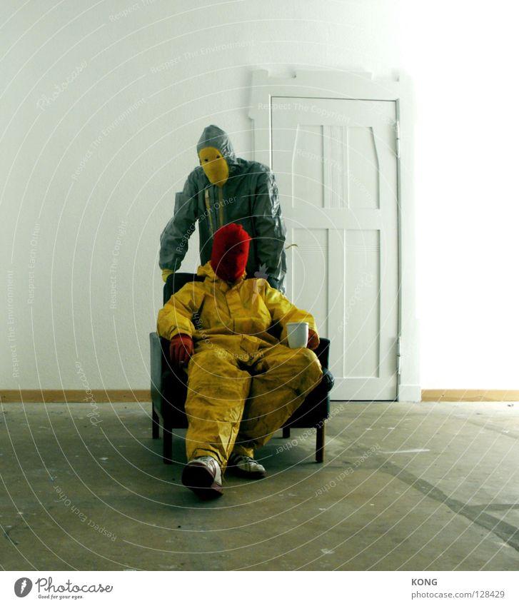 der mann hinter gelb™ schieben Diener Untergebener grau-gelb gehen Anzug Schutzanzug Schatten Lagerhalle drücken Arbeitsanzug Verfall hellbraun sonnenlos