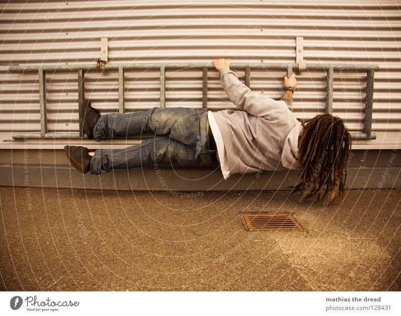 GO KALLE! Mensch Mann dunkel kalt Wand Haare & Frisuren Stein Linie Wellen Kraft Fassade Arme hoch gefährlich Elektrizität Bodenbelag