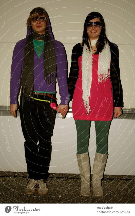 PLEASE WAIT: LOADING . . . Liebespaar Mann Frau Jugendliche rosa magenta violett trashig retro Achtziger Jahre Stil Zukunft Hand Hand in Hand Zusammensein