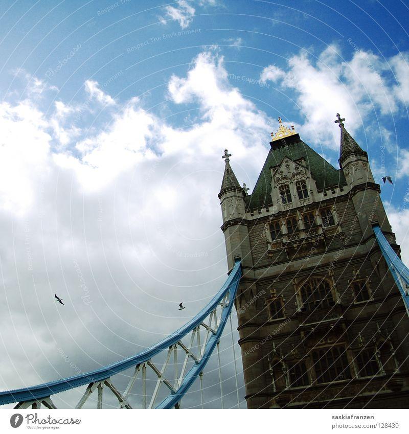 London Calling. England Großbritannien Tower Bridge Wahrzeichen Zugbrücke Vogel Wolken schlechtes Wetter Ferien & Urlaub & Reisen Macht Brücke Turm Himmel Sonne