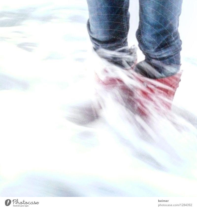 Flut Meer Beine Wasser Wellen Gummistiefel stehen kalt nass wild blau rot Kraft Leben Mut Farbfoto Außenaufnahme abstrakt Textfreiraum unten Tag