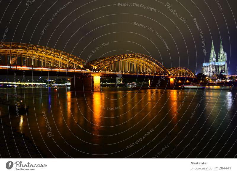 Hohenzollernbrücke Köln Deutschland Europa Stadt Skyline Dom Brücke Sehenswürdigkeit Wahrzeichen Bahnfahren Schienenverkehr Eisenbahn S-Bahn leuchten Farbfoto