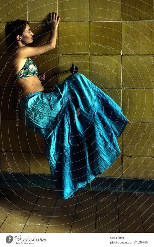 BeautyMatrix Frau niedlich schön süß blond zart feminin hängen Schweben Zauberei u. Magie hell-blau gelb hängen lassen ruhig Zufriedenheit Blick Elfe Fee Natur