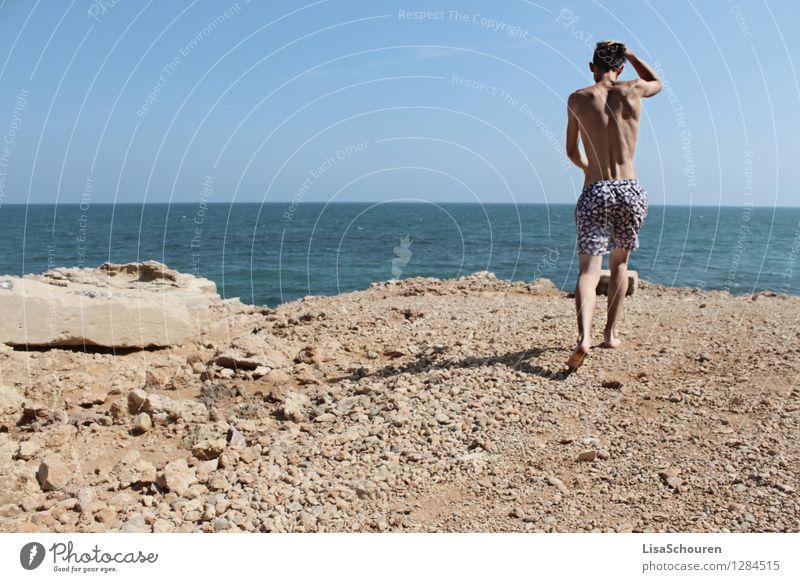 Sommerliebe Mensch maskulin Junger Mann Jugendliche 1 18-30 Jahre Erwachsene Natur Wasser Himmel Badehose brünett Stein Bewegung laufen authentisch muskulös